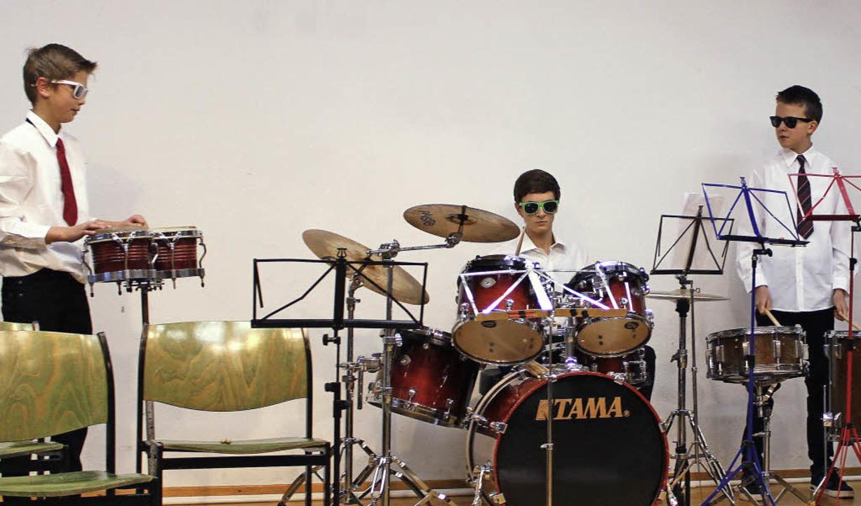 Die jungen Schlagzeuger lockerten das ...; Annika Blum maßgeblich Anteil hatte.    Foto: Martha Weishaar