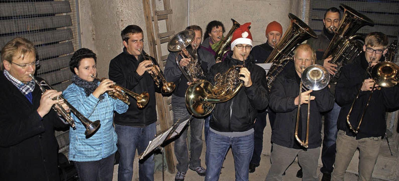 Eine Abordnung der Bad Säckinger Stadt...s Publikum mit traditionellen Klängen.  | Foto: Hrvoje Miloslavic (2), Aloisia Zell