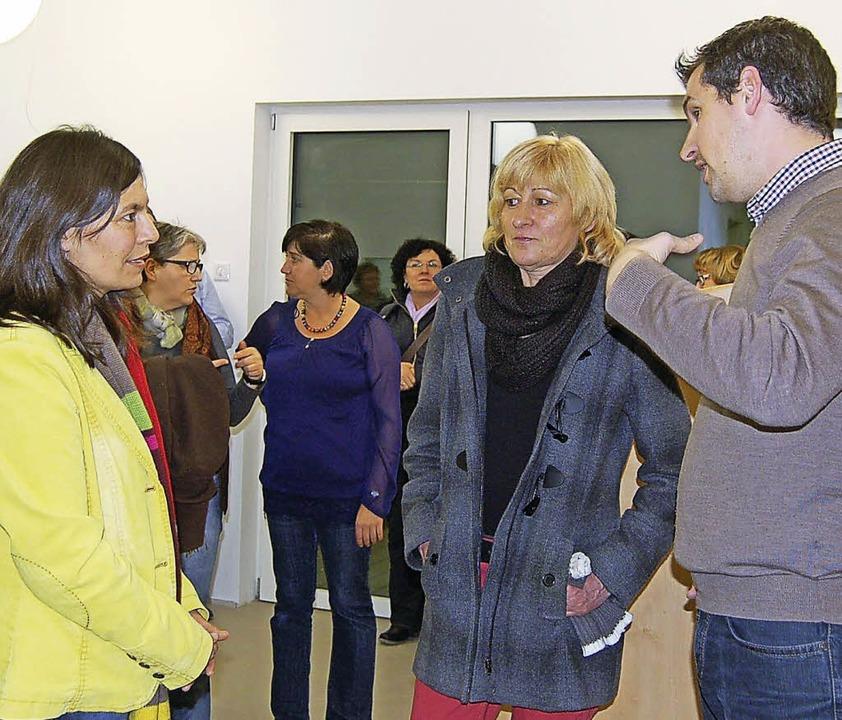 Bürgermeister Tobias Gantert diskutiert mit Erzieherinnen.  | Foto: Claudia Renk