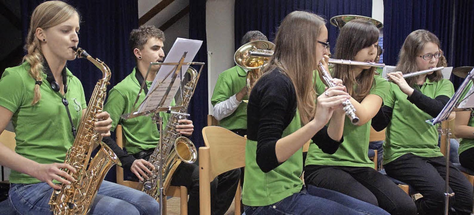 Die Jugendmusik der Stadtmusik Schönau in den neuen grünen T-Shirts   | Foto: Verena Wehrle