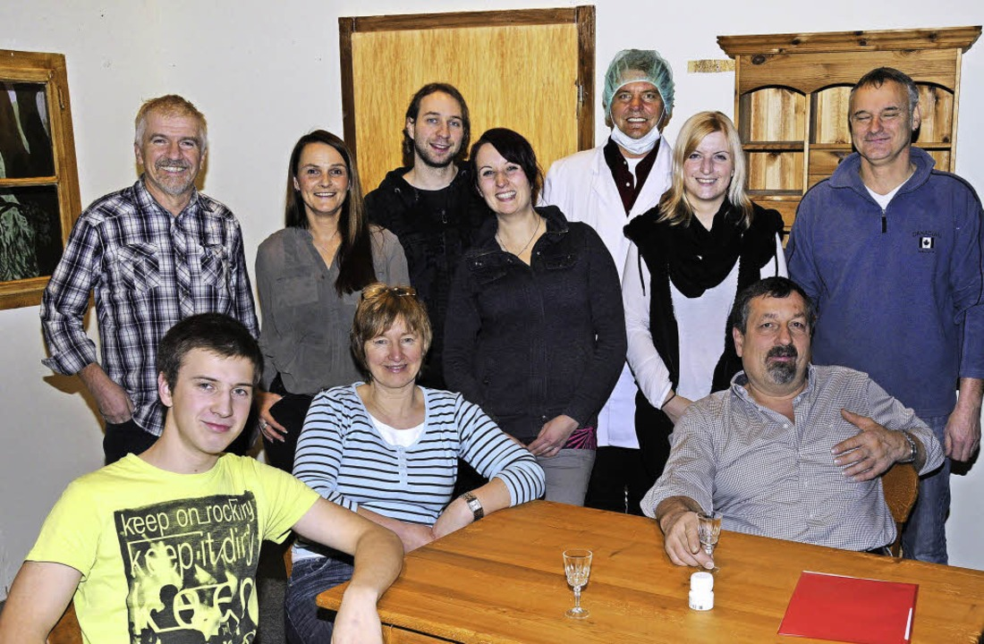 Regisseur Rolf Schelble (hinten, links...d) das Weihnachtstheater  einstudiert.  | Foto: Noeske