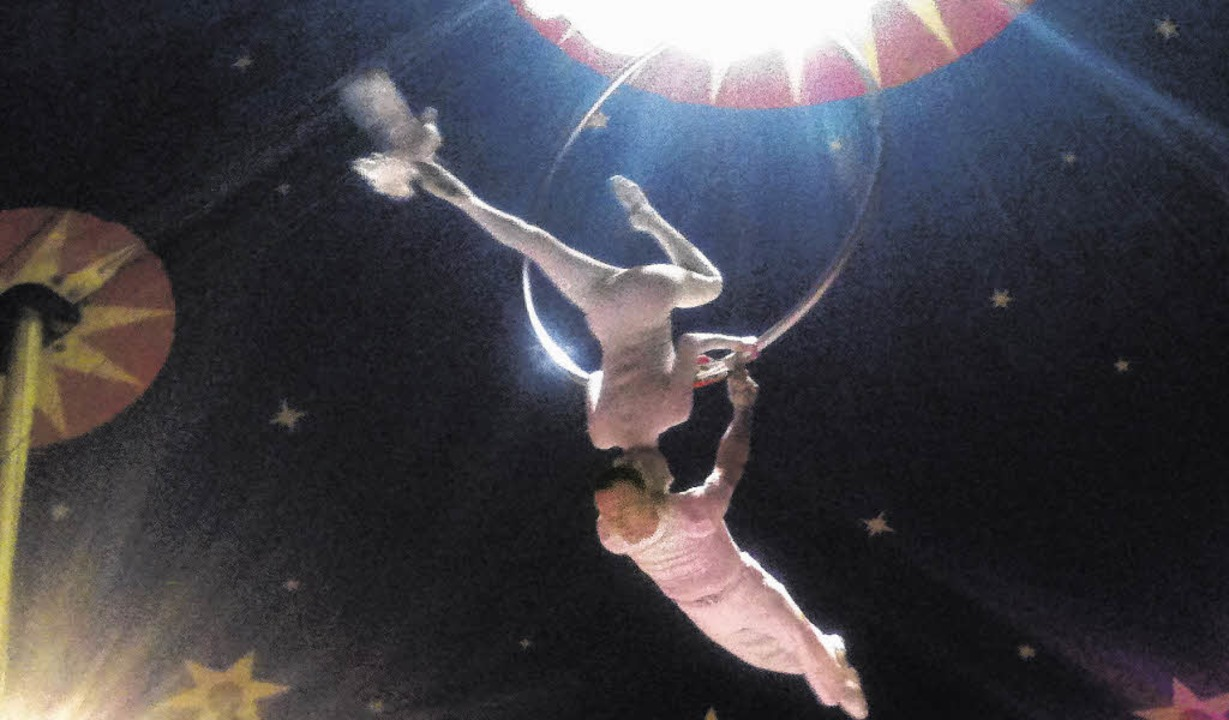 In schwindelerregender Höhe ist Körper...i ihrer atemberaubenden Zirkusnummer.   | Foto: Adeler
