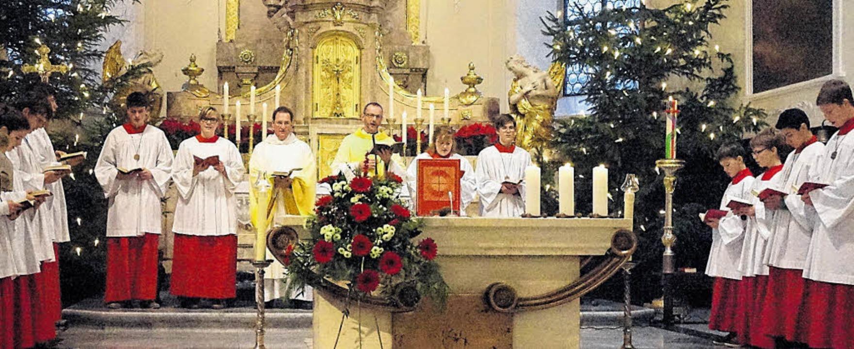 Pfarrer Ulrich Sickinger (Mitte rechts...chtstag in der Liebfrauen Pfarrkirche.  | Foto: Freudig