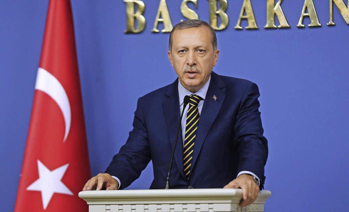 Ministerpräsident Erdogan gibt die Koalitionsumbildung bekannt.   | Foto: AFP