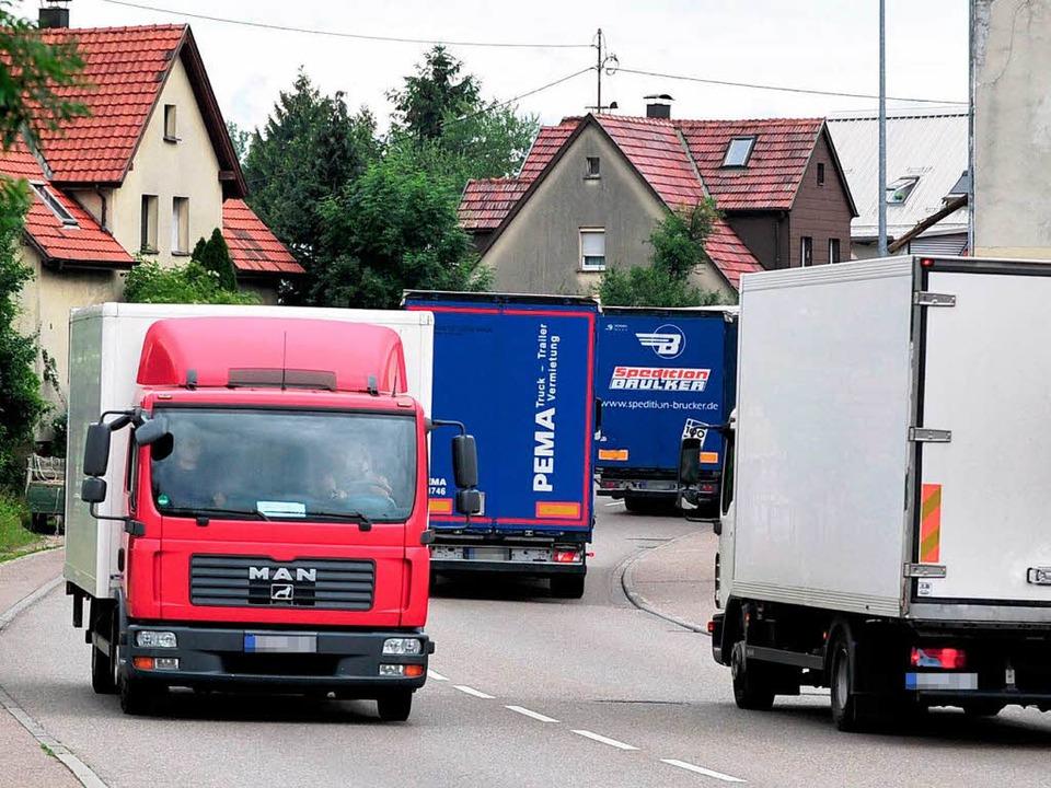 Schwerlastverkehr rollt durch die Gemeinden.  | Foto: dpa