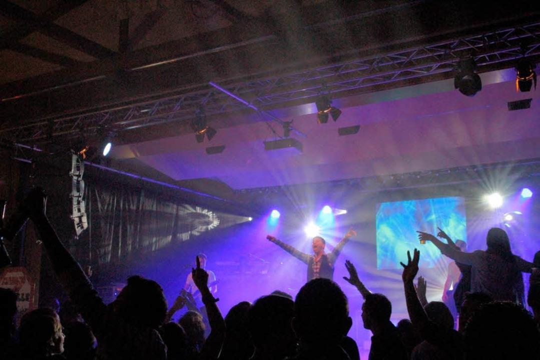 """Die Band """"7 Promille"""" heizte in der Bahlinger Silberberghalle ein.    Foto: Thilo Bergmann"""
