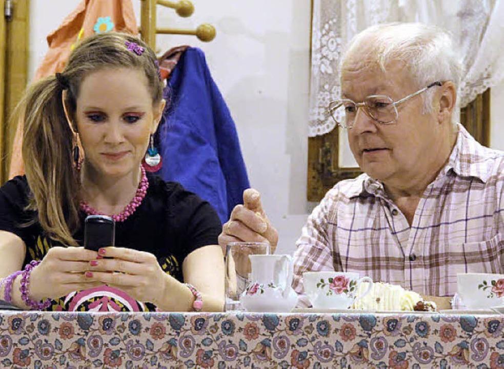 Sandra (Lena Mayer) erklärt Opa (Otto Nußbaumer), wie ein Handy funktioniert.  | Foto: Frowalt Janzer