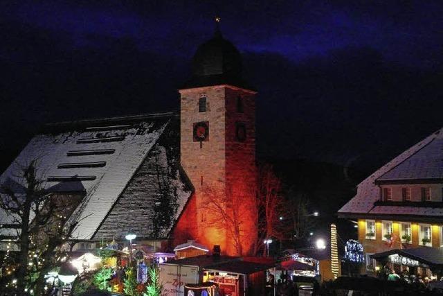 Wintermarkt in Schluchsee: Kirchplatz in zauberhaftem Licht