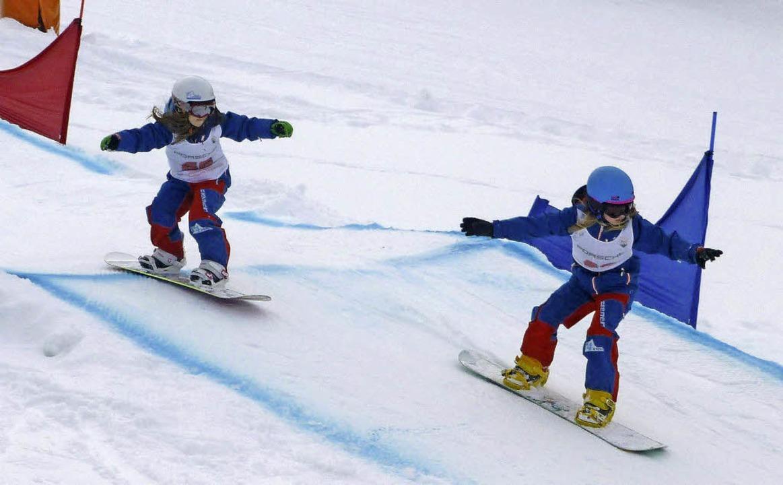 Junge Snowboardcrosserinnen in ihrem E...den Haaren geht es dem Ziel entgegen.   | Foto: ZVS