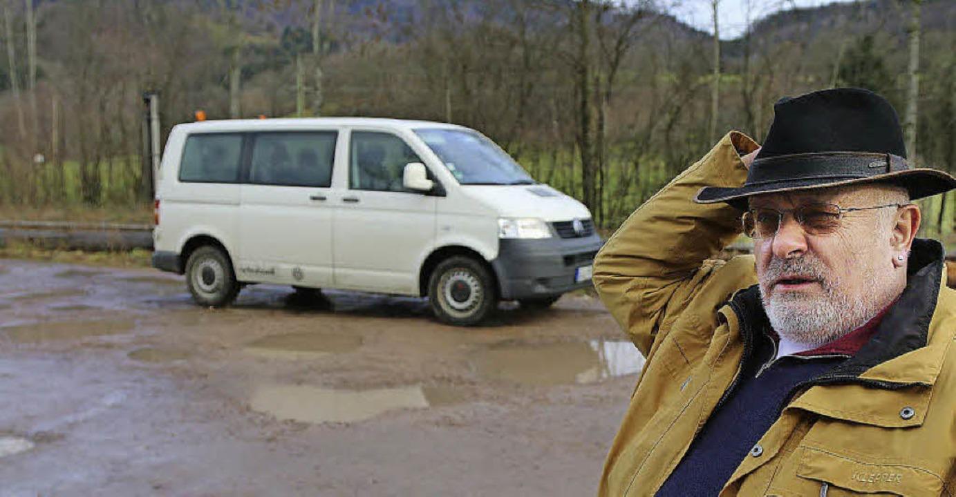 Der vom Regen überflutete Parkplatz am...ene kein Aushängeschild für die Bahn.     Foto: Hans-Jürgen Hege
