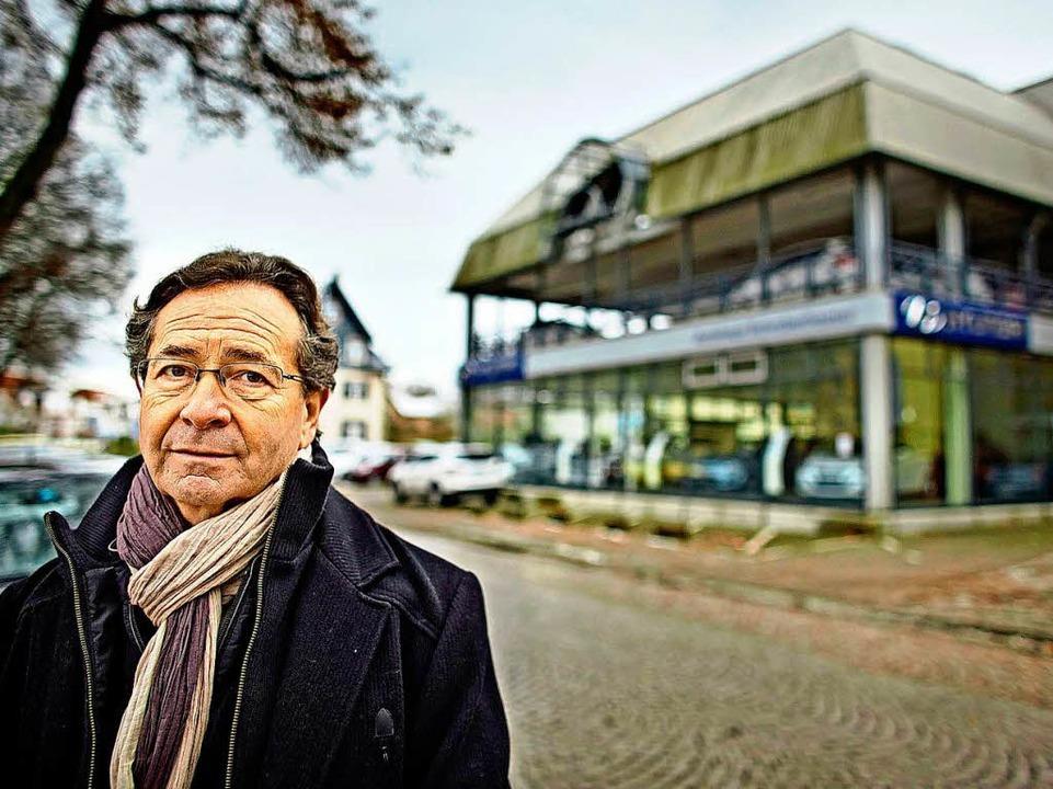 Pierre-Louis Bikart an dem Ort, an dem seine Familie einst lebte.   | Foto: Heinz Heiss