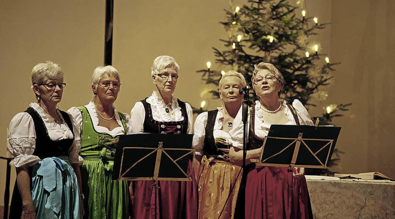 Mit dem Jodler fürs Christkind erfreuten die Singenden Hausfrauen die Besucher.   | Foto: sandra decoux-kone