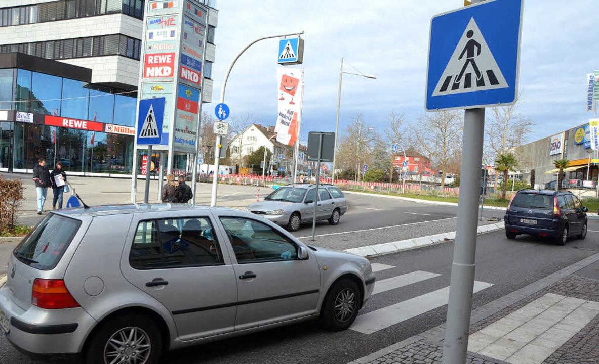 Der Verkehr am Schlaufenkreisel fließt..., finden auch die meisten Autofahrer.   | Foto: Jochen Fillisch