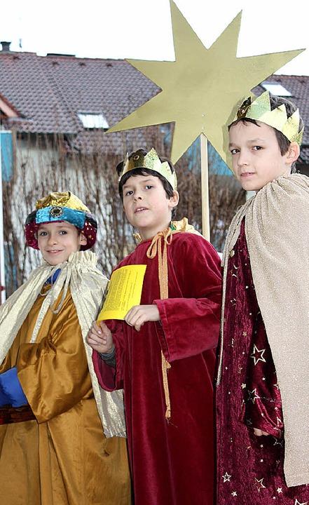 Caspar, Melchior und Balthasar aus Gundelfingen sammeln  für Flüchtlingskinder.   | Foto: Gabriele Fässler