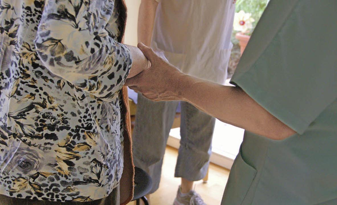 Für alte Menschen, insbesondere mit De...s Landes bieten soll, ist umstritten.   | Foto: victoria langelott