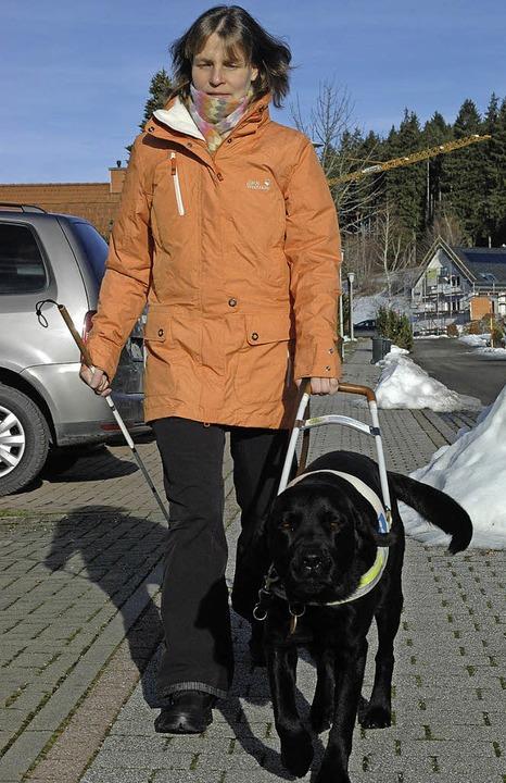 Anne Tesch mit ihrem Labrador Patch beim Spazierengehen in Neustadt      Foto: Annemarie Zwick