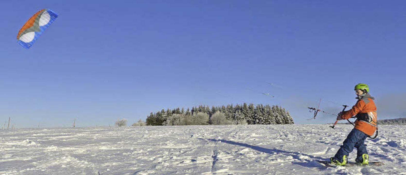 Timo Seibert demonstriert die perfekte... des Snowkitens auf dem Schauinsland.   | Foto: Michael Bamberger