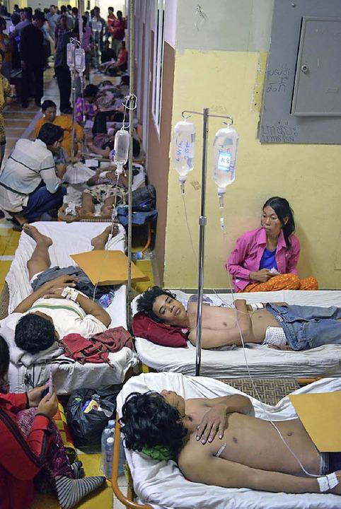 Verletzte der Straßenschlachten in einer Klinik in Phnom Penh     Foto: dpa