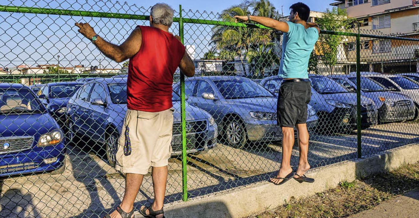 Die Bevölkerung interessiert sich brennend für moderne Modelle.   | Foto: AFP