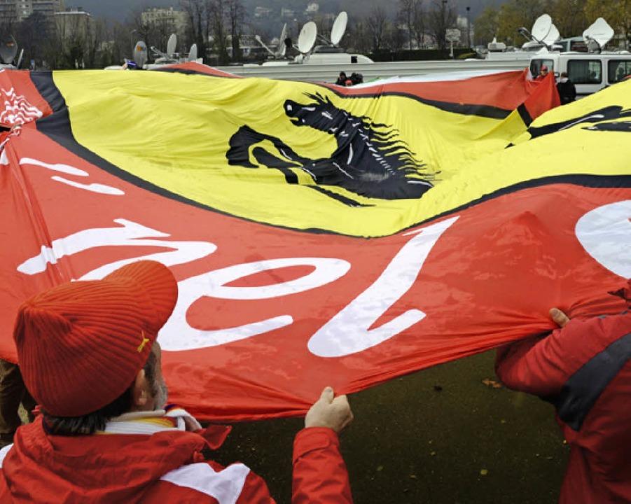 In Grenoble entrollten Schumi-Fans eine riesige Ferrari-Fahne.     Foto: AFP