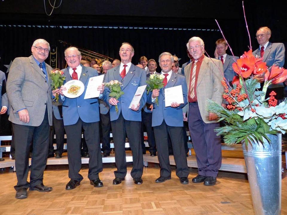 Ehrungen (von links): Hans-Peter Hartu...l (40 Jahre Sänger) und Gebhard Imhoff  | Foto: Barbara Odrich-Rees