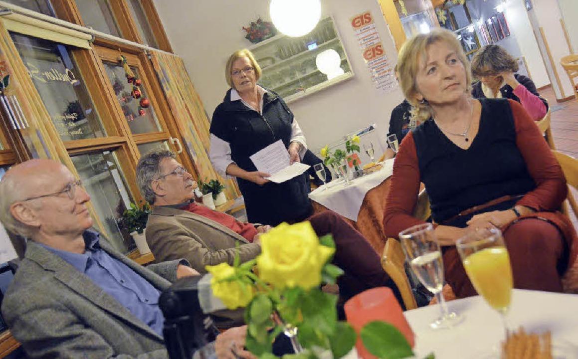 Christa Wolf (stehend)  berichtet aus dem Gemeinderat.     Foto: R. Dorweiler