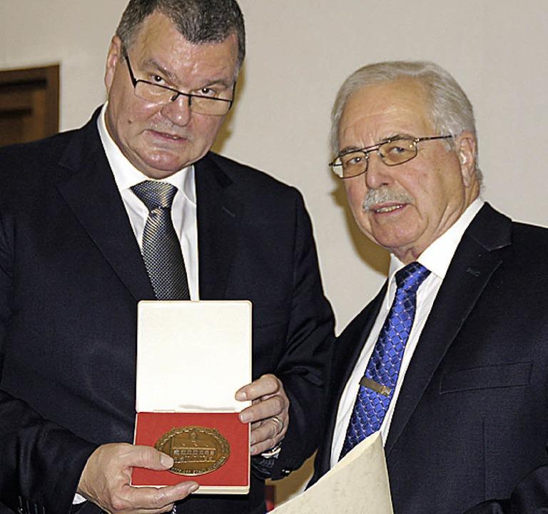 Die Ehrenplakette der Stadt überreichte Bürgermeister Guderjan an Günter Krug.   | Foto: Ilona Hüge