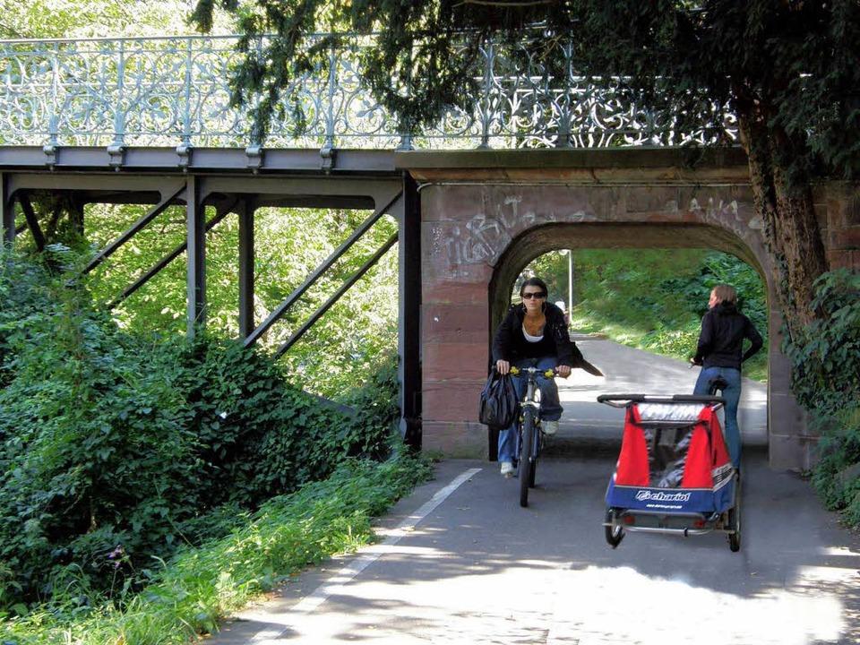 Auch das Nadelöhr am Mariensteg soll für Radfahrer breiter gemacht werden.  | Foto: GuT