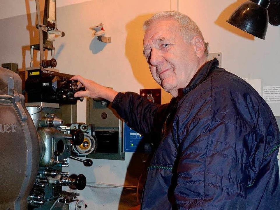 Kinobesitzer Fredo Mattheis an seinem ...digitalen Filme gezeigt werden können.  | Foto: Gerold Zink