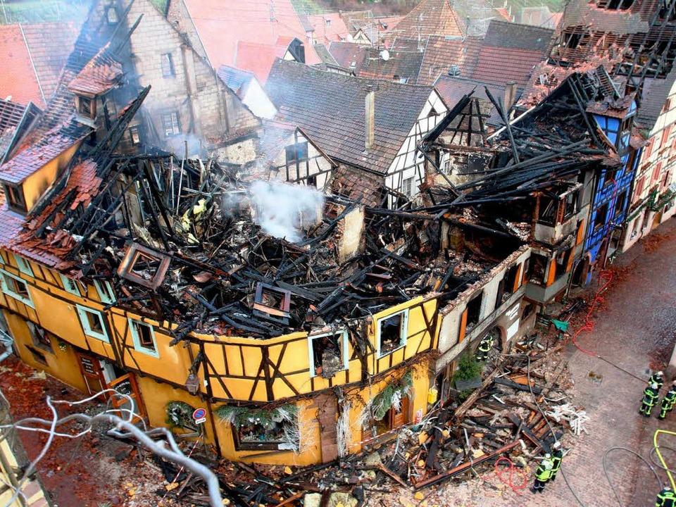 Blick vom Wehrturm Dolder auf die vom Feuer zerstörten Häuser in Riquewihr   | Foto: Jean-François Frey