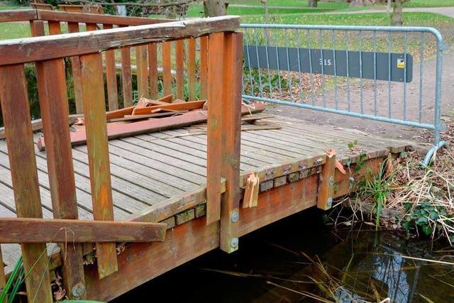 Holzbrücke wurde mutwillig zerstört