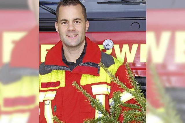 Feuerwehr verbrennt alte Christbäume