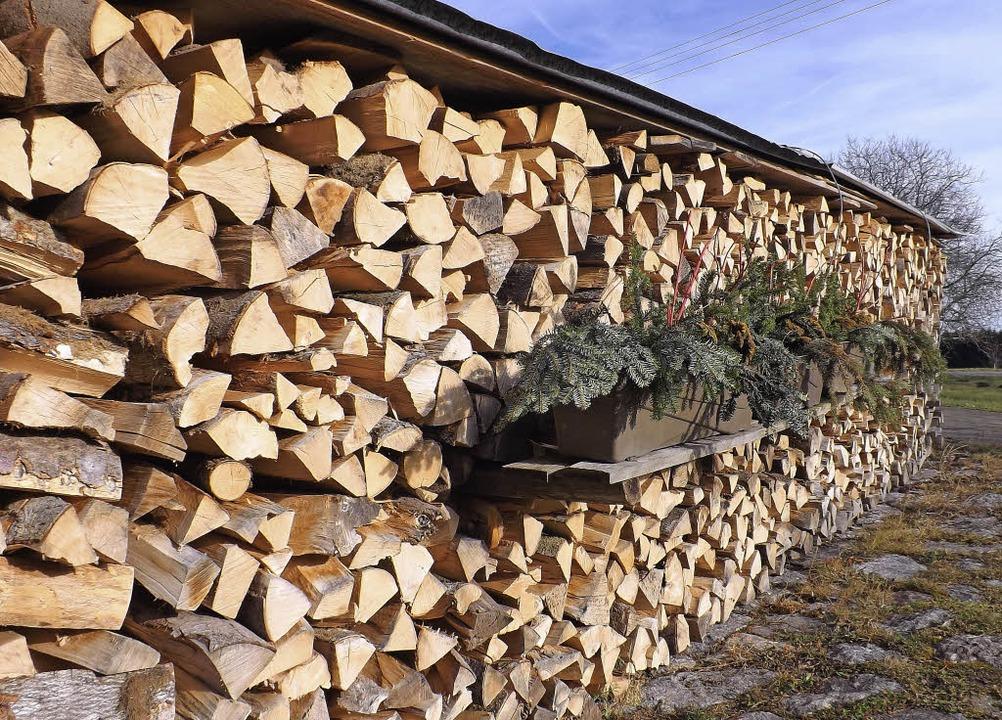 Brennholz vor der Hütte zu haben, wird...er gestiegenen Nachfrage immer teurer.  | Foto: Wolfgang Adam