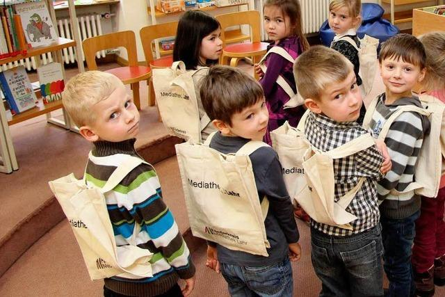 Lahrer Kinder nehmen ihre Bücher jetzt huckepack