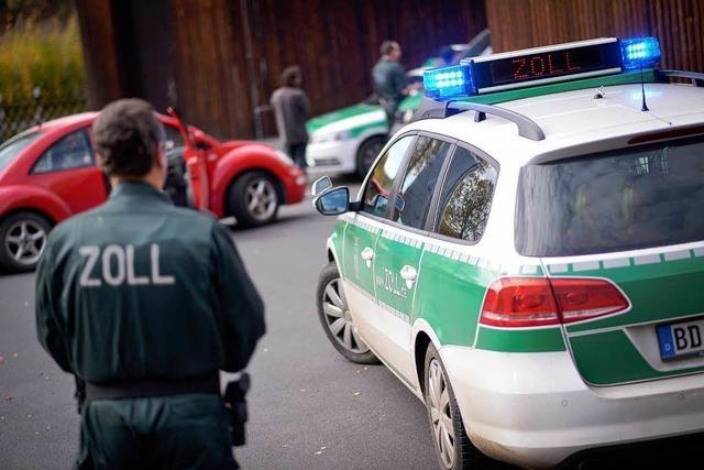79-Jähriger will 860 000 Euro unter der Fußmatte schmuggeln