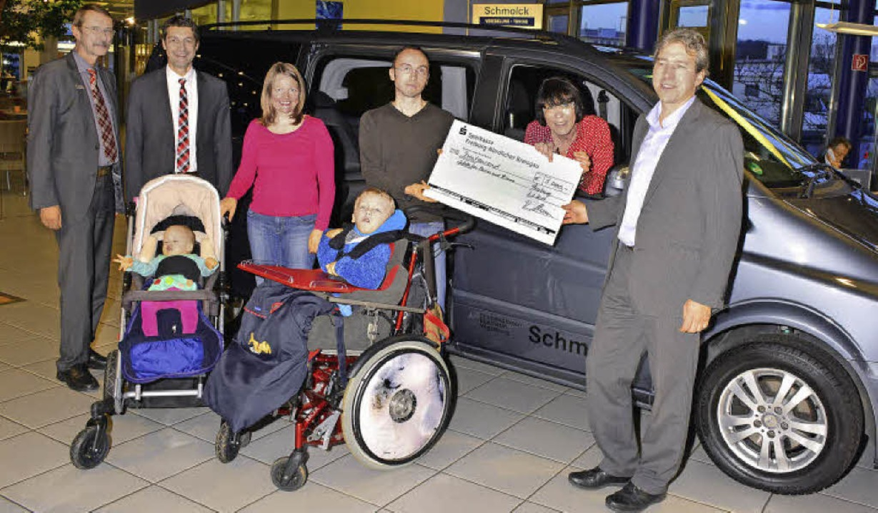 Spendenübergabe mit (von links): Hartm...hert vom  Verein Kinder helfen Kinder.  | Foto: Dieter Erggelet