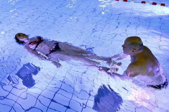 Hallenbäder bieten Schwimmkurse für Erwachsene an