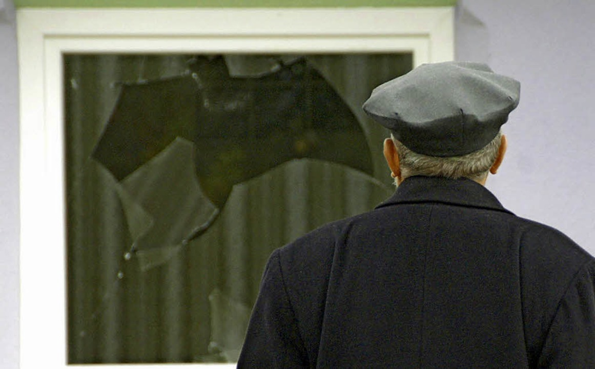 Ungläubig blickt ein  Muslim im Novemb...e eingeworfenen Scheiben der Moschee.   | Foto: Ralf Staub
