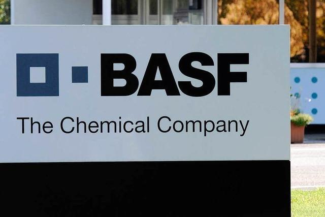 BASF-Mitarbeiter werfen Fässer in den Rhein