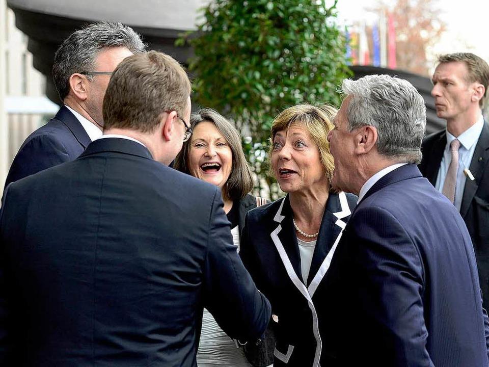 Gute Laune beim Eintreffen von Joachim Gauck vor dem Konzerthaus.  | Foto: Ingo Schneider