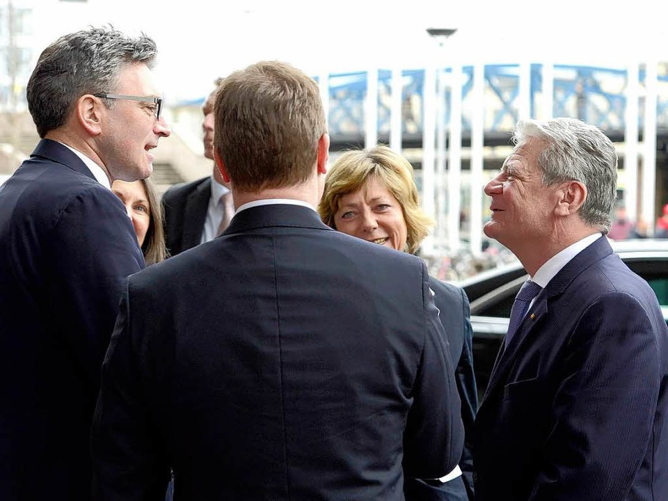 OB Dieter Salomon spricht zu Joachim Gauck.  | Foto: Ingo Schneider