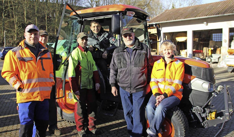 Das Bauhofteam freut sich über den neu...hs und  Christiane Knäpper (von links)    Foto: sabine model