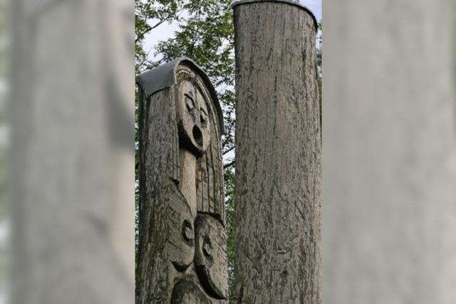 Die Spannung zwischen Distanz und Nähe aus Holz geschnitzt