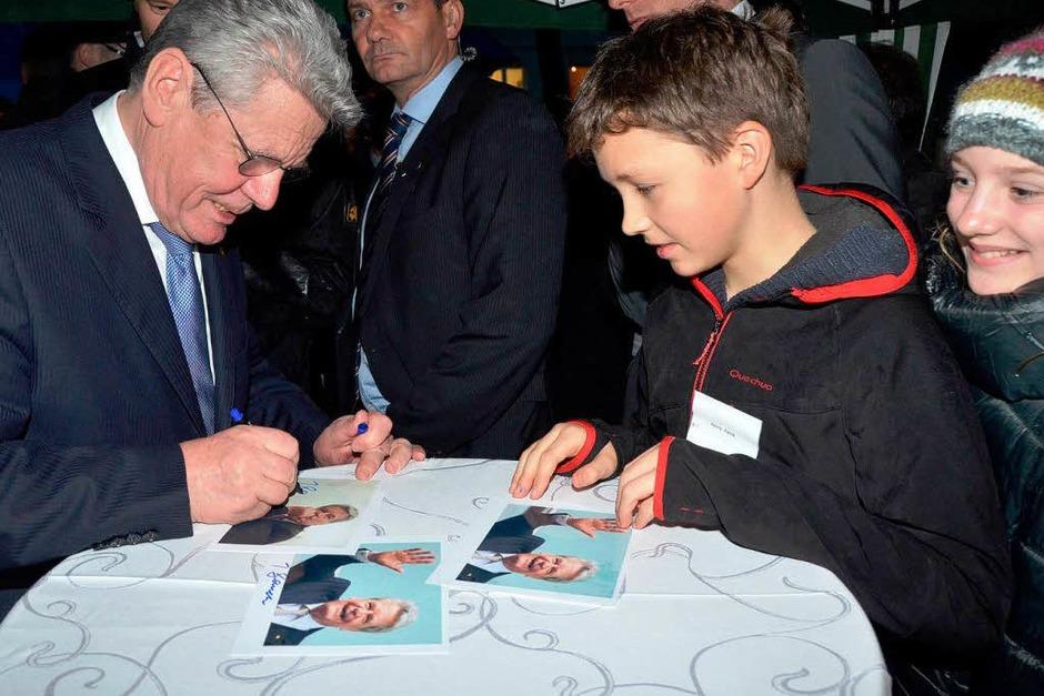 Gauck gab auch Autogramme. (Foto: Gerold Zink)