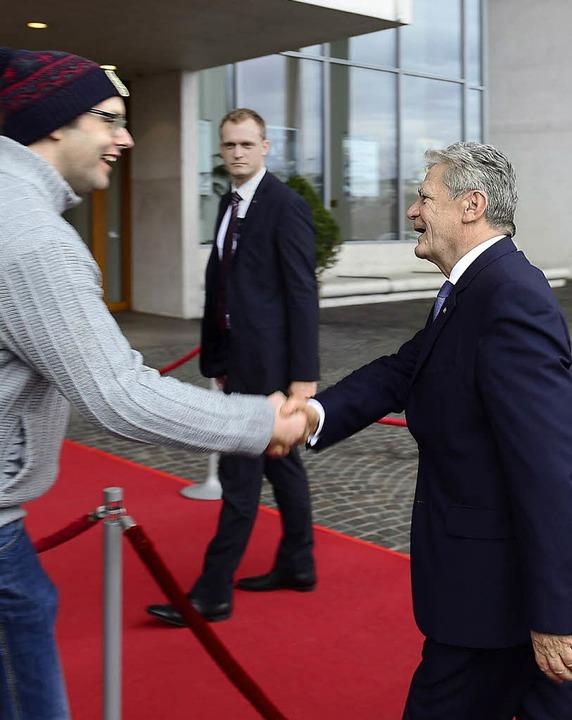 Darf ich Ihnen die Hand geben? Ein Pas... dessen Ankunft in Freiburg  die Hand.    Foto: schneider