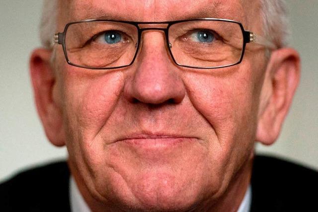 Kretschmann erhält Narrenmütze der Freiburger Fasnetrufer