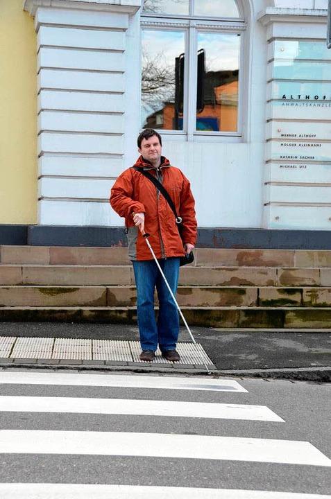 Die Rillen am Fußgängerübergang helfen...rk Furtwängler, unterwegs in der Stadt    Foto: Julia Dreier
