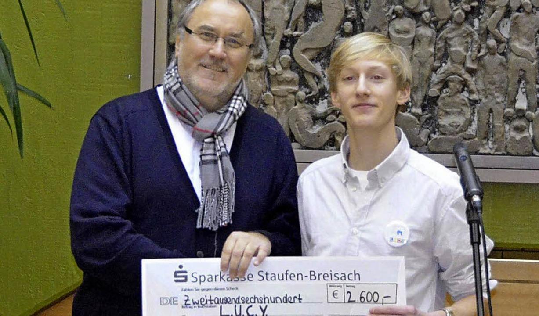 Henri Weindel, Schüler des MSG (rechts...Lucy-Geschäftsführer Norbert Scheiwe.   | Foto: denys Golikov