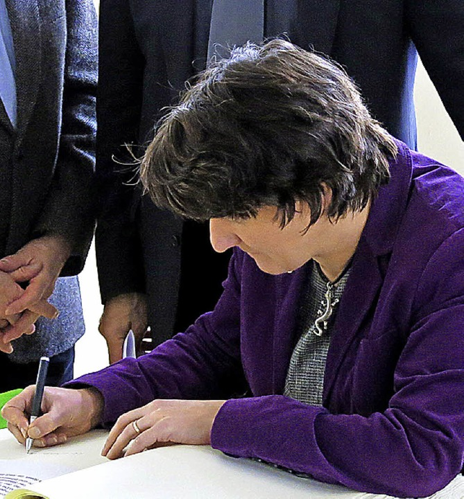 Gisela Splett bei der Eintragung in das goldene Buch der Stadt Emmendingen  | Foto: Georg Voß