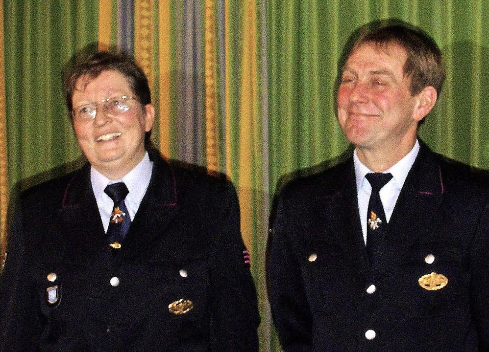 Beate Johner wurde von Kommandant Hans...rer zur Hauptfeuerwehrfrau befördert.   | Foto: Cornelia Selz